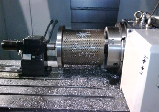 Machining center with controlled 4th axis